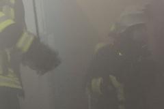 Übung: Menschenrettung im vernebelten Gebäude
