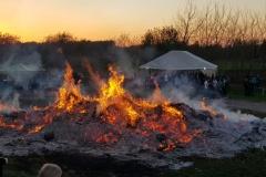 Hunderte Besucher bei sommerlichem Osterfeuer